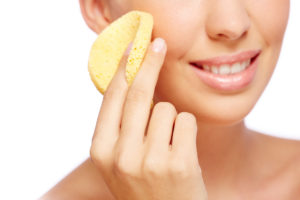 Manter o rosto limpo ajuda no controle da oleosidade