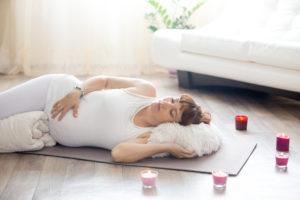O cansaço e sono durante o dia também fazem parte dos clássicos primeiros sintomas da gravidez