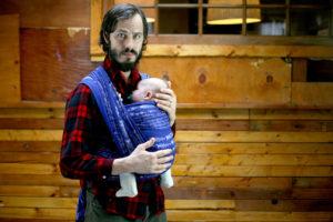 Papai carregando bebê no sling