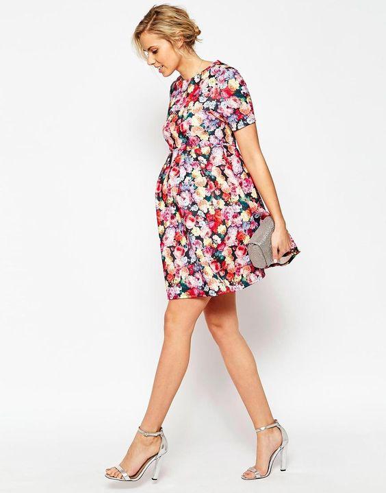 Vestido florido e colorido para acentuar o volume da barriguinha