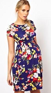 Vestido azul com flores e marcação na cintura deixa a barriga em destaque