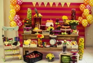 Festa infantil com decoração de frutas