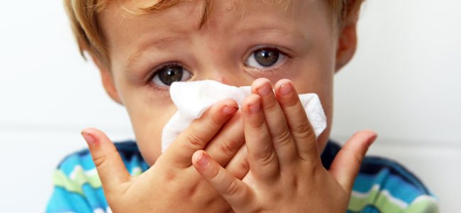 Os sintomas mais comuns da sinusite são tosse, nariz entupido com produção de catarro amarelado
