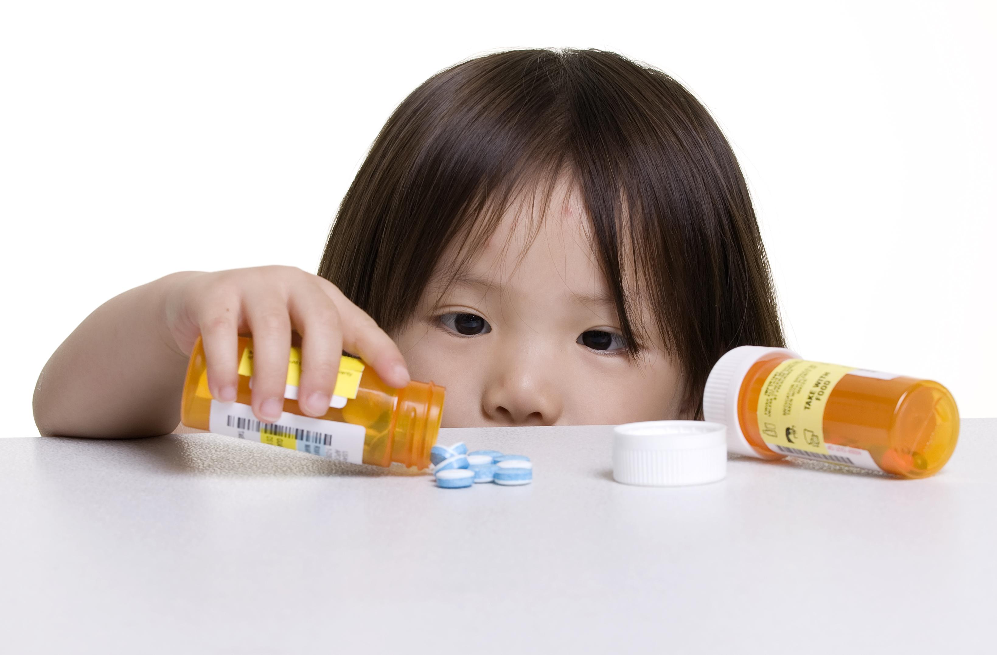 Medicamentos, produtos de limpeza e cosméticos devem ficar bem longe do alcance dos pequenos