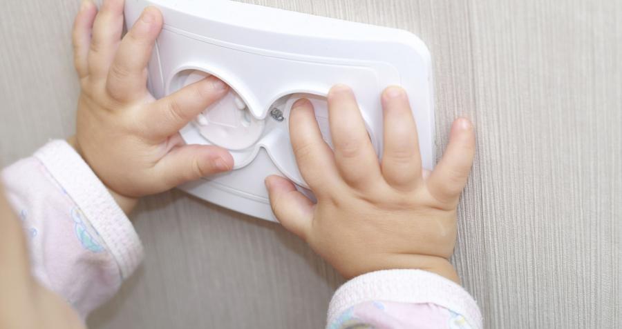 As tomadas devem ser devidamente protegidas para que a criança não coloque o dedo ou outro objeto
